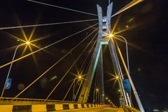 Сцена ночи Лагоса Нигерии моста Ikoyi с взглядом крупного плана башни и кабелей подвеса стоковое фото rf