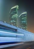 Сцена ночи с небоскребами и движение в нерезкости движения, Пекине, Китае Стоковые Изображения