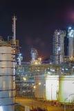 Сцена ночи фабрики рафинадного завода стоковые изображения