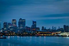 Сцена ночи финансового центра Лондона вдоль реки Темзы стоковая фотография