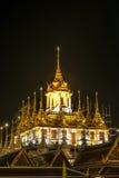 Сцена ночи Wat Ratchanatda на темной предпосылке Стоковая Фотография