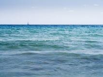 Сцена океана с парусным судном на горизонте стоковое фото