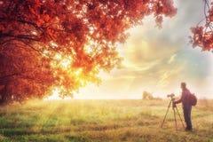 Сцена осени с фотографом Красочная предпосылка осени с путешественником Волшебное место в природе в осени Стоковые Изображения