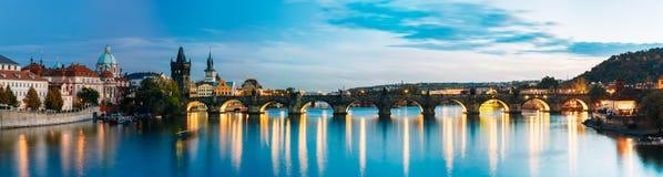 Сцена панорамы ночи с Карловым мостом в Праге Стоковая Фотография