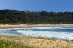 Сцена пляжа с дистантными идя людьми стоковые фотографии rf