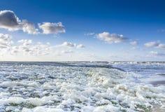 Сцена пляжа с пеной и облаками стоковая фотография rf