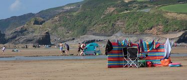 Сцена пляжа с windbreak и deckchairs августом 2018 стоковые фотографии rf
