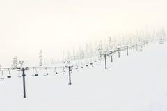 Сцена подъема лыжи с местами над горой и путями от s Стоковое Изображение