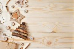 Сцена рамки модель-макета рождества с подарками рождества и конусами сосны, с космосом для вашего текста, верхний плоский взгляд Стоковая Фотография