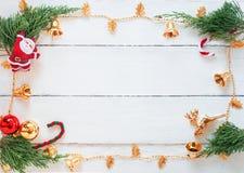 Сцена рождества с украшениями на белой деревянной предпосылке панели, дизайне границы с космосом экземпляра, или составе рамки Но стоковые фотографии rf