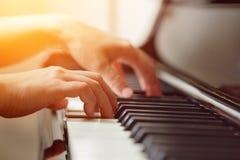 Сцена рук пианиста от около угла играя рояль Стоковые Изображения