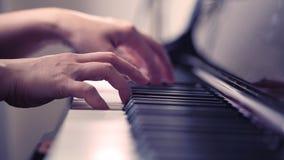 Сцена рук пианиста от около угла играя рояль Стоковые Фото