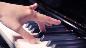 Сцена рук пианиста от около угла играя рояль Стоковая Фотография