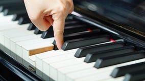 Сцена рук пианиста от около угла играя рояль Стоковое Изображение