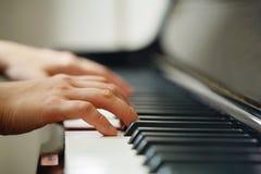 Сцена рук пианиста от около угла играя рояль Стоковая Фотография RF