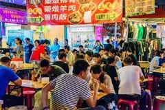 Сцена рынка ночи еды людей Стоковая Фотография RF