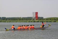 Сцена состязания по гребле дракона в китайской традиционной шлюпке Festiv дракона Стоковые Изображения