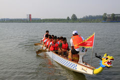 Сцена состязания по гребле дракона в китайской традиционной шлюпке Festiv дракона Стоковое фото RF