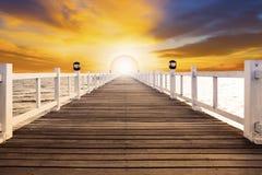 Сцена Солнця установленная и старая деревянная пристань моста с никто против beaut Стоковые Изображения