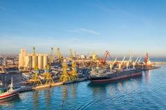 Сцена с гаванью вытягивает шею, лифты, корабли и грузы в Casabl стоковое изображение