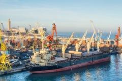 Сцена с гаванью вытягивает шею, лифты, корабли и грузы в Casabl стоковая фотография rf