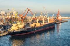 Сцена с гаванью вытягивает шею, лифты, корабли и грузы в Casabl стоковое изображение rf