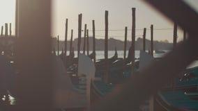 Сцена с гондолами причаливая, Италия Венеции акции видеоматериалы