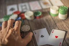 Сцена темы покера, карточки руки и обломоки стоковые изображения