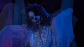 Сцена ужаса от фильма с мертвой девушкой в белых платье и вуали свадьбы Страшная визуальная галлюцинация в форме сток-видео