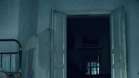 Сцена ужаса страшной девушки в комнате привидение сток-видео