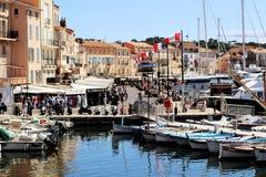 Сцена улицы гавани St Tropez старая в лете стоковая фотография rf