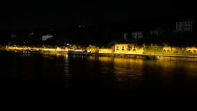 Сцена улицы ночи в Tournon Франции увиденной от туристического судна реки стоковая фотография