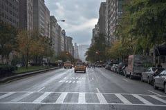 Сцена улицы дождливого дня на бульваре парка Нью-Йорке стоковые фото