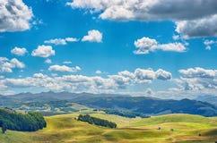 Сценическая красота Черногории Панорама с зелеными полем и горами против голубого неба Durmitor Стоковое фото RF