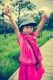 Счастливая азиатская девушка ослабляя outdoors во времени дня, перемещении на va Стоковое Фото