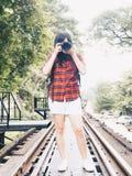 Счастливая азиатская женщина на каникулах фотографируя с камерой dslr стоковое изображение rf
