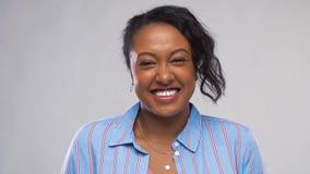 Счастливая Афро-американская женщина над серой предпосылкой акции видеоматериалы