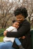 Счастливая Афро-американская мать и ее daugher стоковое изображение