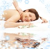 счастливая белизна песка массажа стоковое изображение