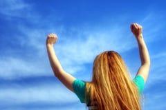 Счастливая белокурая девушка стоковое фото