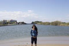 Счастливая беременная беременная женщина, на пляже стоковое изображение
