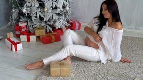 Счастливая беременная мама рождественской елкой с подарками рождества видеоматериал