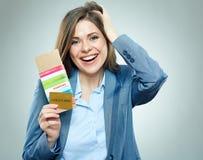 Счастливая бизнес-леди держа пасспорт, кредитную карточку и билет стоковые изображения