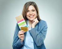 Счастливая бизнес-леди держа пасспорт, кредитную карточку и билет стоковые изображения rf