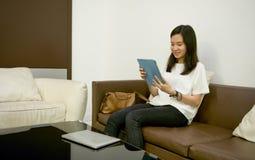 Счастливая бизнес-леди используя таблетку с деловыми документами в l Стоковые Фотографии RF