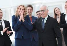 Счастливая бизнес-леди и старший деловой партнер Стоковые Фото