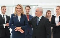 Счастливая бизнес-леди и старший деловой партнер Стоковые Фотографии RF