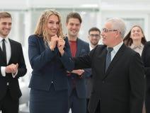 Счастливая бизнес-леди и старший деловой партнер Стоковые Изображения