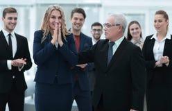 Счастливая бизнес-леди и старший деловой партнер Стоковая Фотография