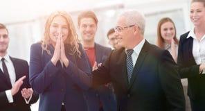 Счастливая бизнес-леди и старший деловой партнер Стоковое Изображение RF